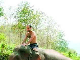 Contato com a natureza. Entre as experiências na viagem, Leonardo Beltrão andou de elefante