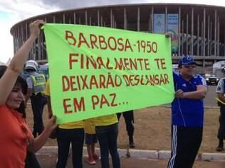 José Lopes fez questão de levar faixa em homenagem ao goleiro Barbosa para o estádio Mané Garrincha