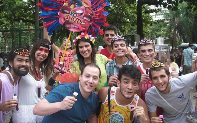 Clientes da Xo Shots curtem drink de vodka ou pinga com frutas vermelhas no carnaval do Rio
