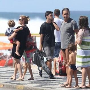 Cláudia Abreu aproveita dia quente em praia com a família