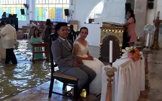 Uma tempestade atingiu a igreja em que aconteceu a cerimônia de casamento de Jobel  e Jeff Delos Angeles, nas Filipinas