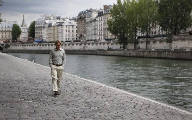 Owen Wilson caminha às margens do rio Sena em