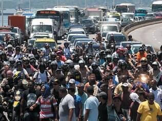 Fechada. Manifestantes fecharam a ponte Rio-Niterói para chamar atenção para as demissões de cerca de 500 funcionários do Comperj