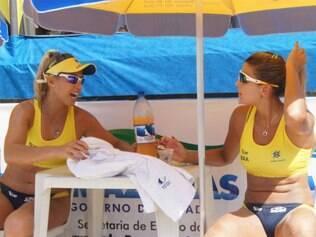 Mari Paraíba ao lado da companheira Natasha, durante partida. Musa vai estrear pela seleção brasileira