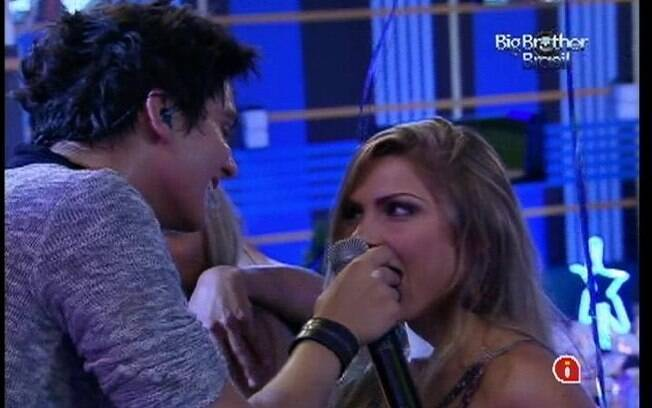 Luan Santana dá mordida de chocolate para Renata