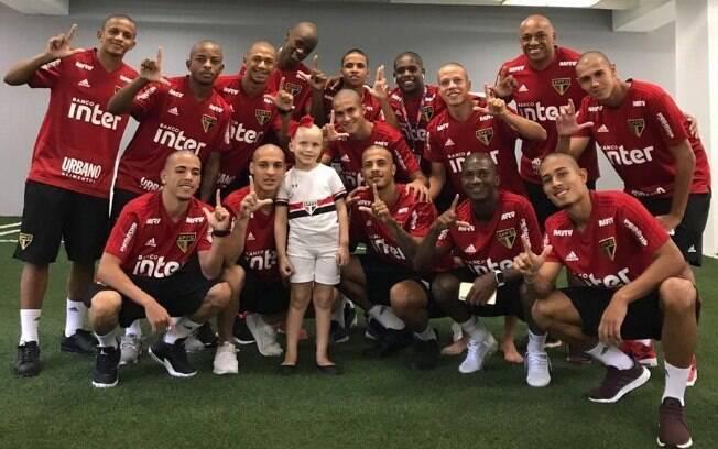 Jogadores do São Paulo posam junto com a pequena Larissa Martins, que luta contra um câncer