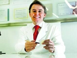 Consultório. Especialista em odontologia estética, Paulo Coelho afirma que coloca de dez a 20 facetas por dia em seus pacientes
