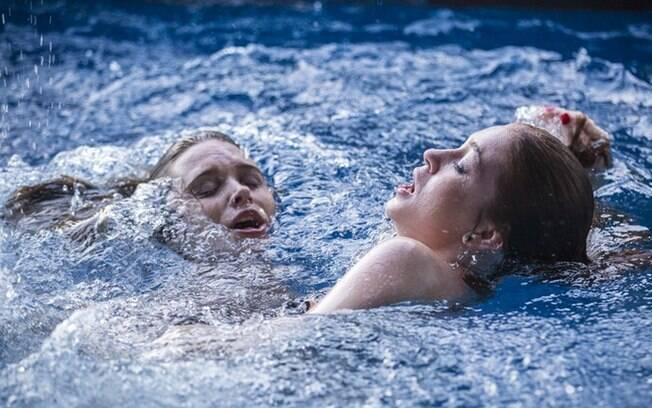 Cassandra salva Eliza de afogamento na casa de Germano