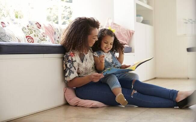 mãe e filha lendo juntas