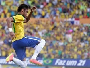 Após o gol, Neymar comemorou com o seu tradicional soco no ar