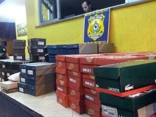 PRF prendeu jovem de 25 anos na BR-381, em Sabará, na Grande BH, com 175 pares de tênis sem nota fiscal