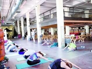 Prática. Rob Rice, professor de ioga, realiza aulas em cervejaria
