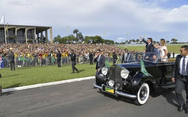 Posse de Bolsonaro teve desfile em carro aberto do presidente ao lado da primeira-dama, Michelle
