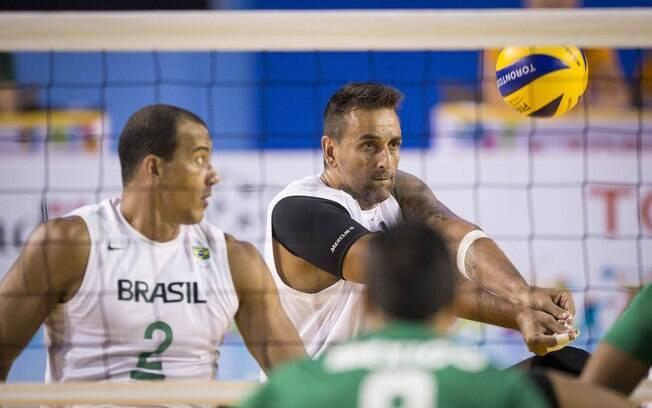 Levi Gomes (à esq.) em ação pela seleção brasileira durante o Parapan de Toronto