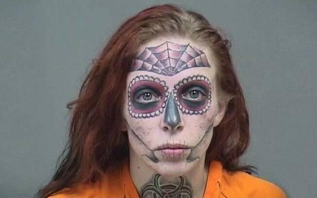 Mulher foragida é presa após ser identificada pelas suas tatuagens no rosto