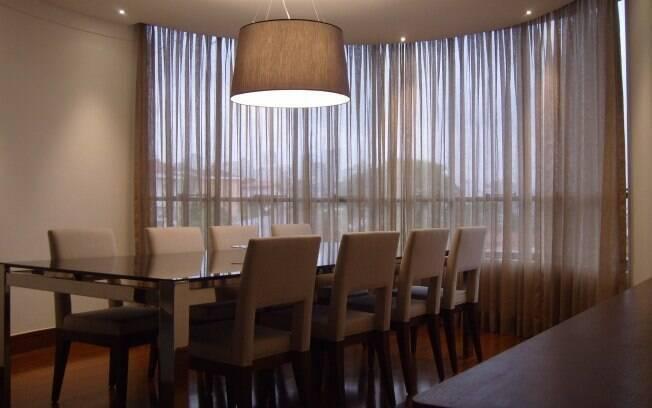 Cortina em gaze de linho não sobrecarrega a decoração da sala e permite a entrada de luz. À venda na Duetto Decorações por R$ 1.270