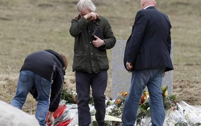 Parentes de uma das vítimas do voo alemão prestam homenagens em monumento criado na área onde a aeronave Germanwings caiu, nos Alpes franceses (março/2015)