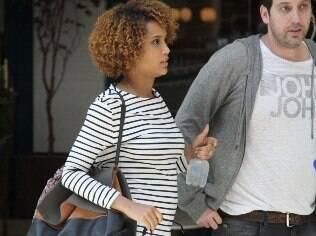 Taís Araújo exibe discreta barriguinha de gravidez em passeio com Murilo Benício
