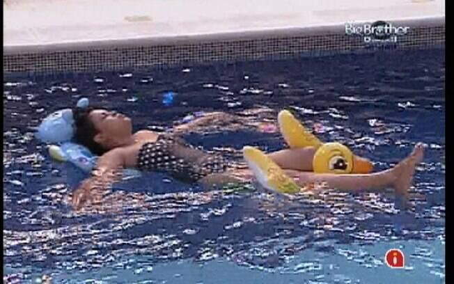 Analice relaxa na piscina