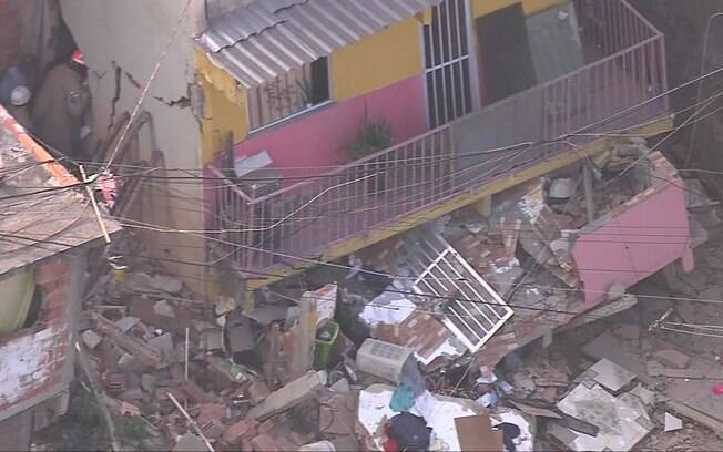 Pelo menos duas pessoas estão sob os escombros de casa que desabou no Rio