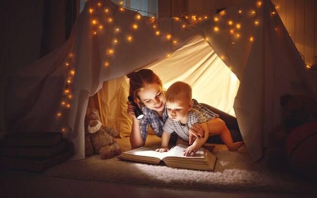mãe e bebê em cabana no quarto