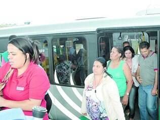 Rotina. Passageiros descem de mais um ônibus que chegou lotado ontem à estação, gerando insatisfação