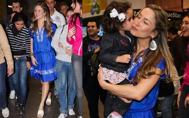 Claudia Leitte é recebida por dezenas de fãs no aeroporto de São Paulo