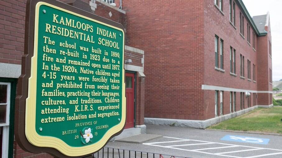 Placa na entrada da antiga Escola Residencial Kamloops Indian, em British Columbia, no Canadá