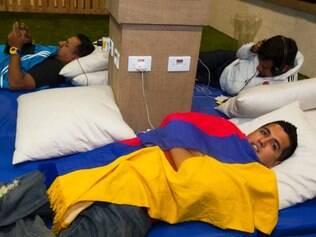 Esportes- Belo Horizonte Mg.  Turistas dormem no aeroporto de Confins pela comodidade e pelos valores elevados dos hoteis em Belo Horizonte. Na foto, o colombiano  David Cuellal Fotos: Gustavo Baxter/ O Tempo - 20.06.2014