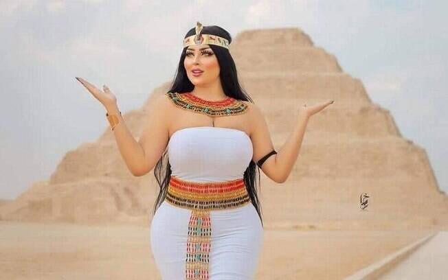 Salma El-Shimy em um dos cliques feitos em frente à pirâmide de Djoser, em Saqqara