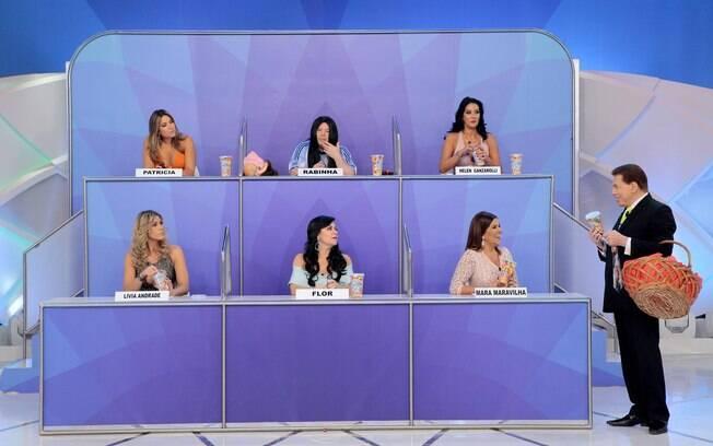 """No """"Jogo dos Pontinhos"""", Silvio Santos brinca com Patricia Abravanel, Mara Maravilha, Flor, Cabrito Teves, Helen Ganzarolli e Lívia Andrade."""