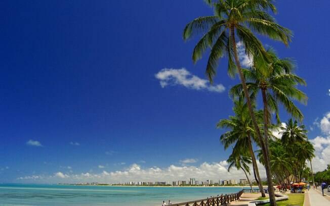 Praia de Pajuçara é famosa por suas piscinas naturais