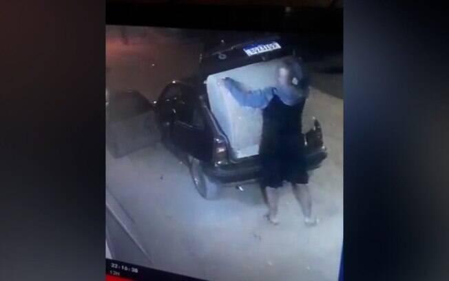 Vídeo mostra homem tentando furtar casinha de cachorro em Campinas
