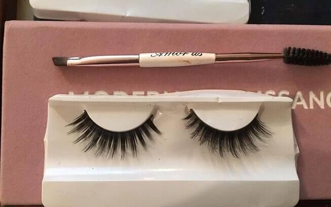 O truque da maquiadora Paloma Garcia promete fazer com que cílios postiços que custam menos pareçam ser mais caros