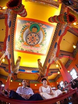 Italo e Eloisa na hora da cerimônia: casamento budista