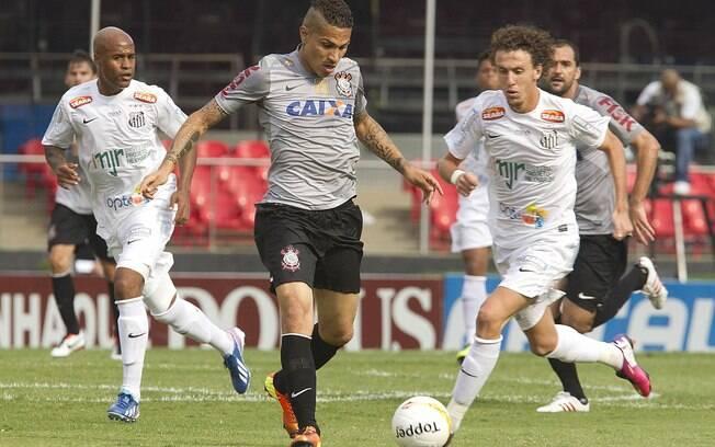 Galhardo e Guerrero em lance do clássico  entre Santos e Corinthians no Morumbi