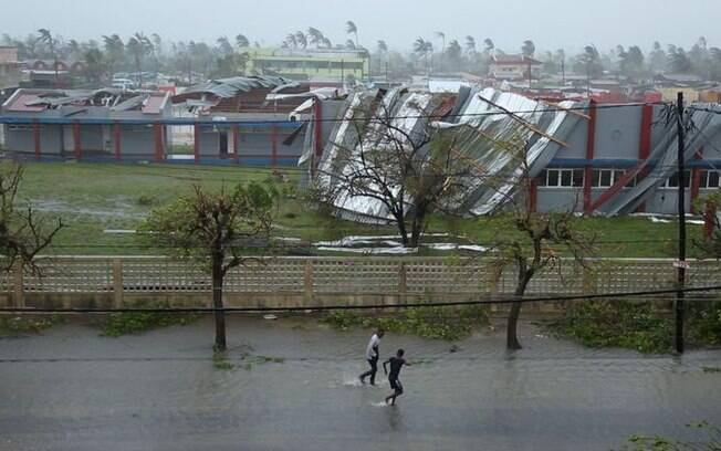 Ciclone destruiu estradas e casas na cidade de Beira, em Moçambique
