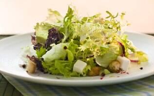 Salada com queijo feta, croutons e pimenta rosa