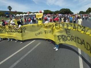 Professores da rede pública do DF fazem manifestação em frente ao Palácio do Buriti para reivindicar o pagamento de atrasados