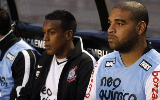 ... com o palmeirense Adriano acompanha do banco de reservas a vitória do  Corinthians sobre o Atlético-GO. 844dd961d7a83