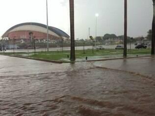 Muitas ruas próximas à Arena Pantanal estão alagadas e torcedores sofrem com falta de informação
