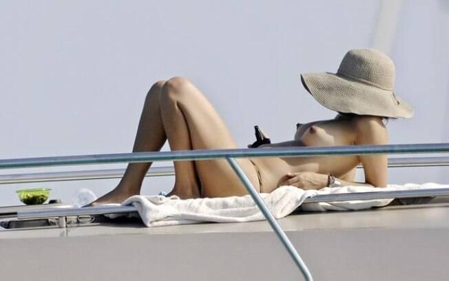 Bia Anthony, a mulher de Ronaldo, curte o verão europeu em um iate