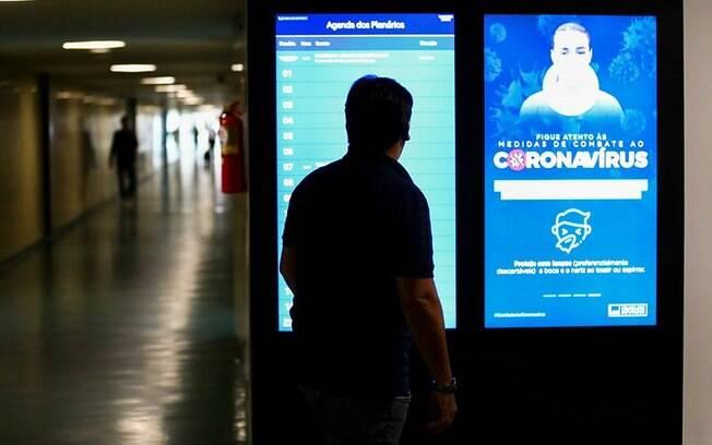 Campanha de combate ao novo coronavírus nos corredores do Congresso Nacional