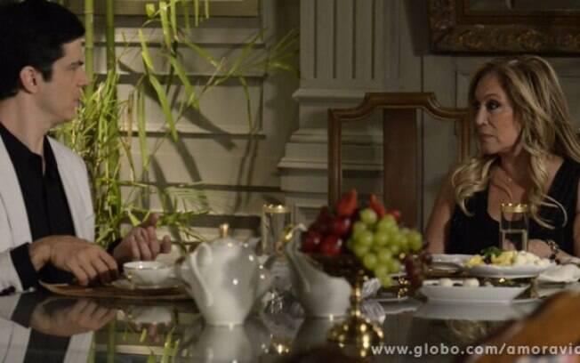 De volta à mansão, Felix começa a ganhar mesada de Pilar