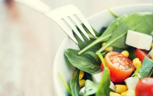 Saladas coloridas fazem parte de um cardápio detox
