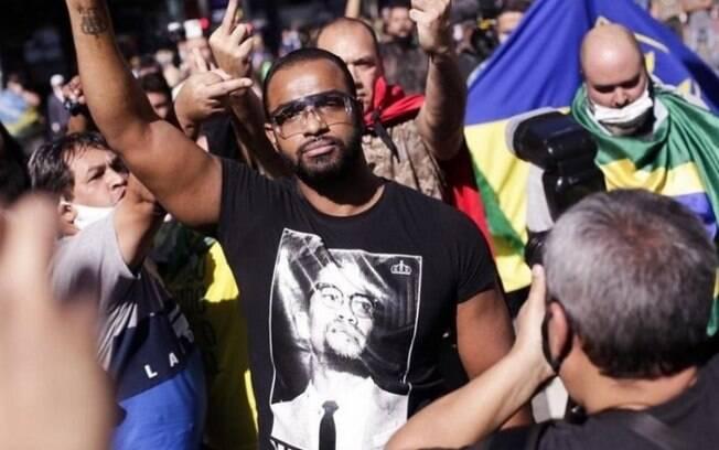 Emerson durante protesto contra Bolsonaro