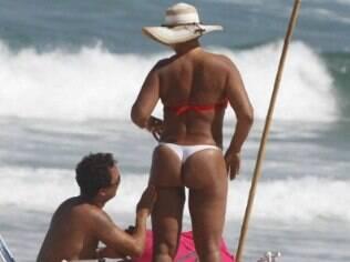 Solange Couto e o marido Jamerson tomam sol no Rio. Atriz mostra boa forma após perder 40kg