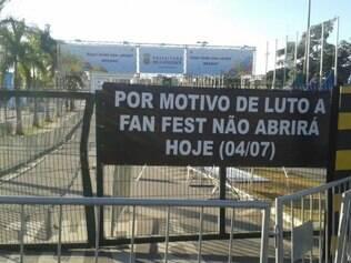 Faixa informa aos torcedores os motivos de cancelamento da festa oficial da Fifa