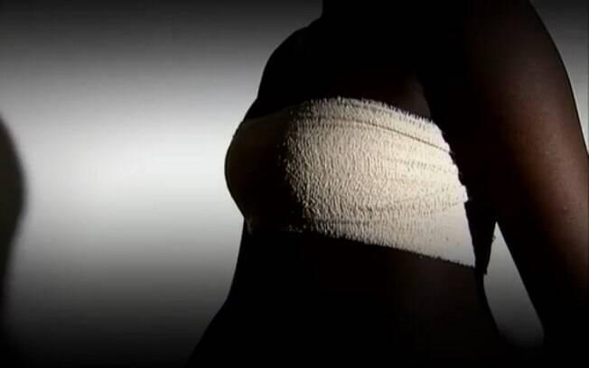 Prática consiste em passar objetos como pedra ou espátulas quentes nos peitos de adolescentes