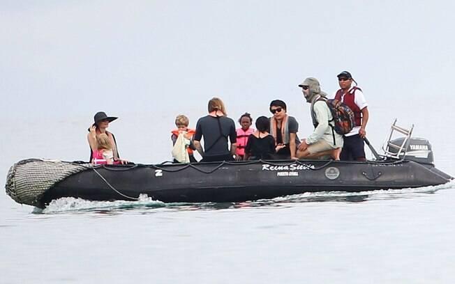 Angelina Jolie e Brad Pitt aproveitaram essa segunda-feira (23) em uma praia nas Ilhas Galápagos na companhia dos filhos